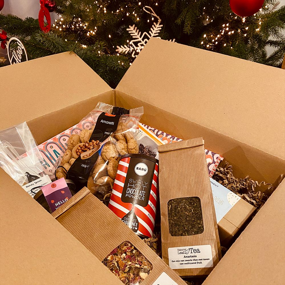 kerstpakket-van-De-Smaakmobiel-onder-de-boom-uitgepakt